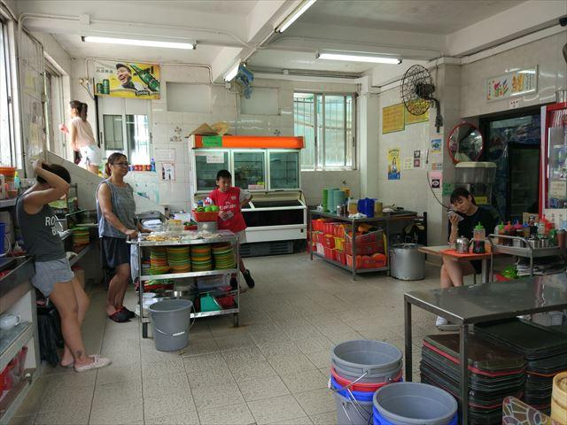 店員は全員女性、テーブルはアルミ製、食器は色付き、ところどころがベトナムっぽい。