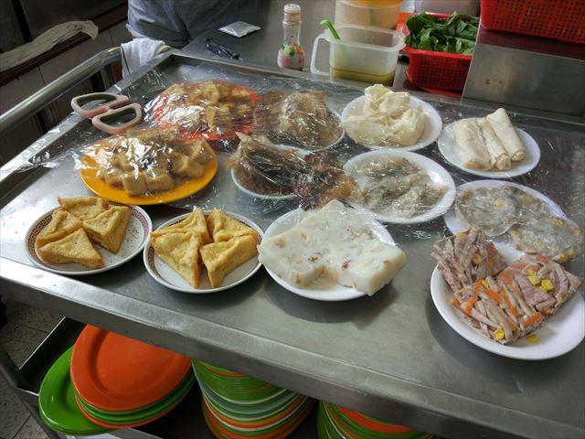 なお、揚げ物などの蒸さない料理は別のテーブルにある。 客が少ないためかこのときは充実していないようだった。