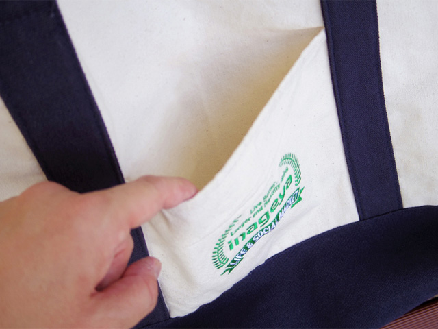 サイドはポケットになっていて、しかも両面全く同じロゴ入りのデザイン