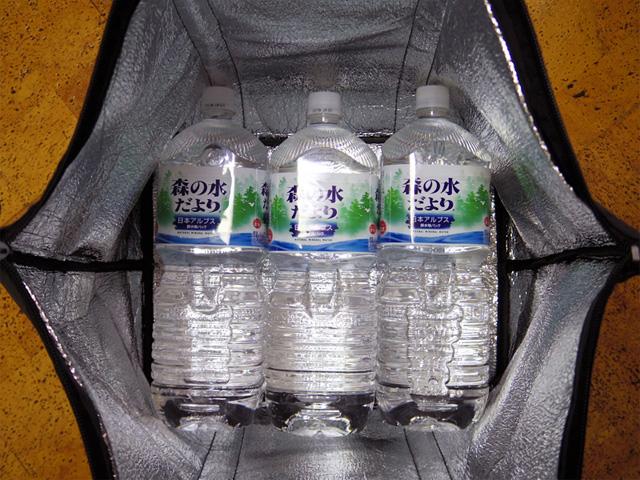 底に2Lのペットボトルを3本並べても余裕