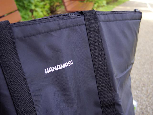 奥ゆかしいサイズの「HANAMASA」のロゴが嬉しい
