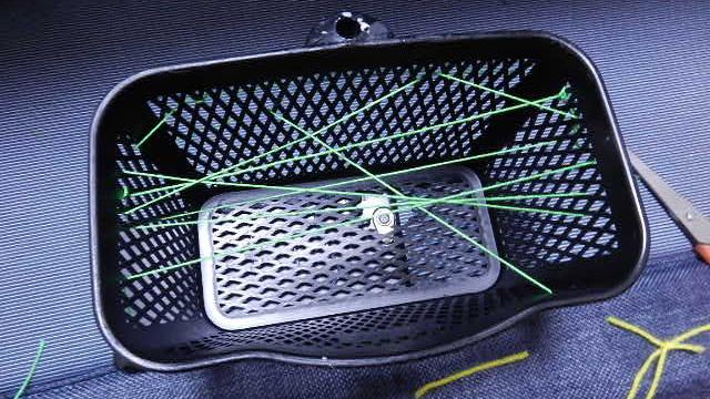 本体をザル式にしたのは紐を通しやすくするためです。