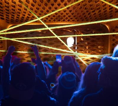 ゴーグルをセキュリティ側からみていたら、レーザービームを乱発するクラブに見えてきた。観客を合成したらしっくりきた。