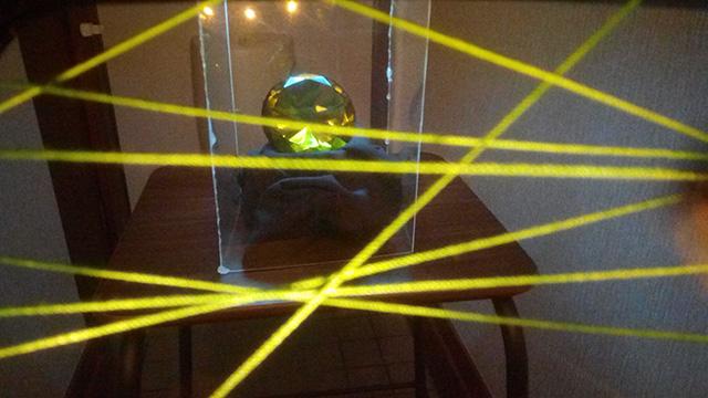 宝石にはレーザー式セキュリティが仕掛けられていた!