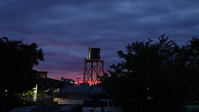 ワラワラの夕暮れ。REMのジャケットみたいな景色があちこちにあった。