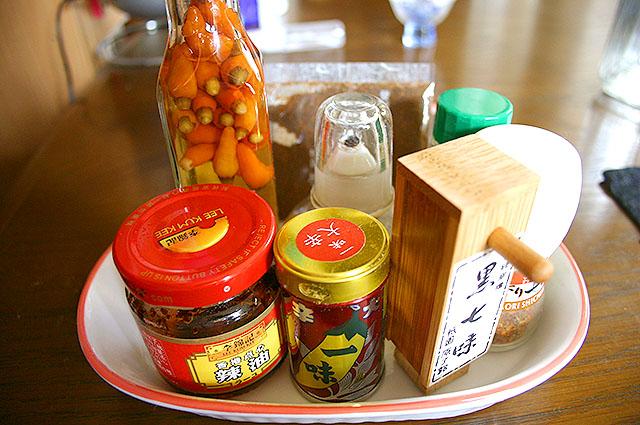 辛いコレクション。ラー油、一味、香り七味、黒七味、山椒、コーレーグース。