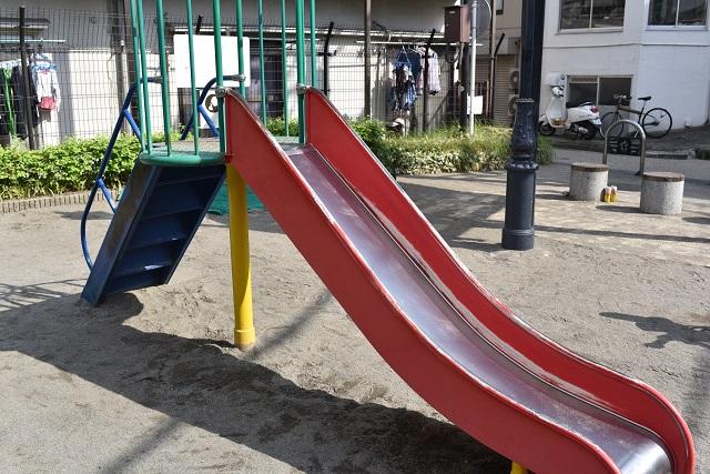 背の低い幼児用滑り台