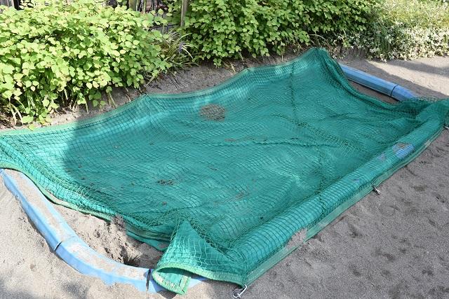 猫よけのネットがかけられた砂場