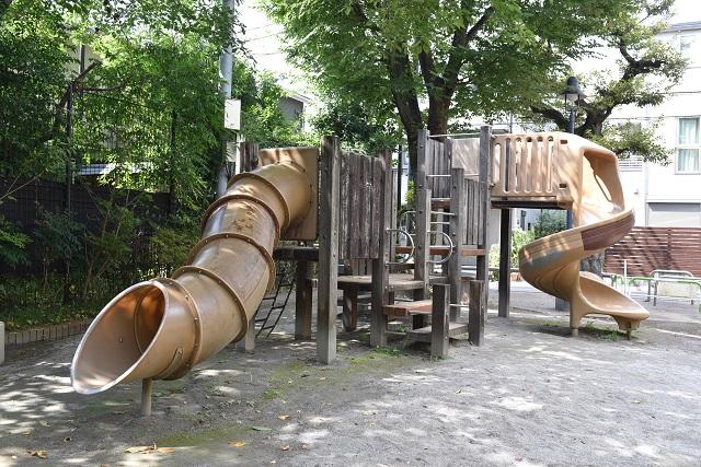 一方で、こうした大型遊具を採用する児童遊園もある