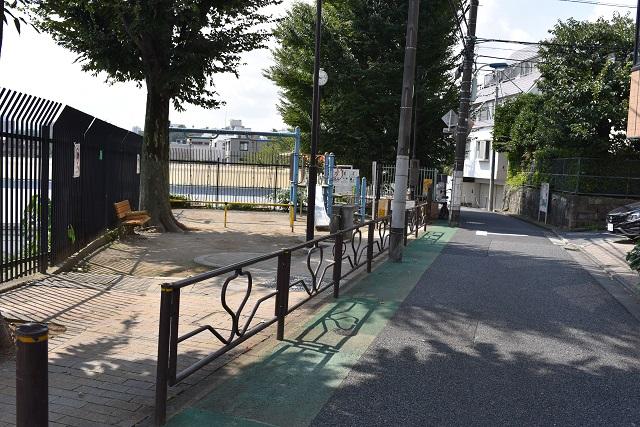 歩道の延長にある小さな児童遊園