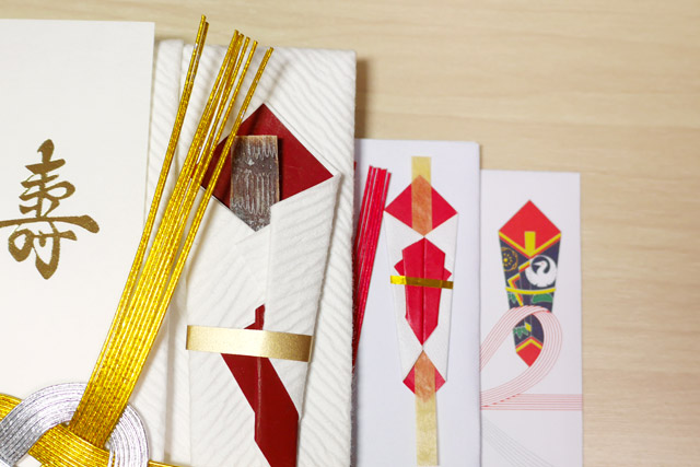 熨斗鮑を起源にした飾りは、幾度かの抽象化を経て、近年ではただの印刷になった。こうして並べてみると、進化(退化?)の歴史を感じることができる