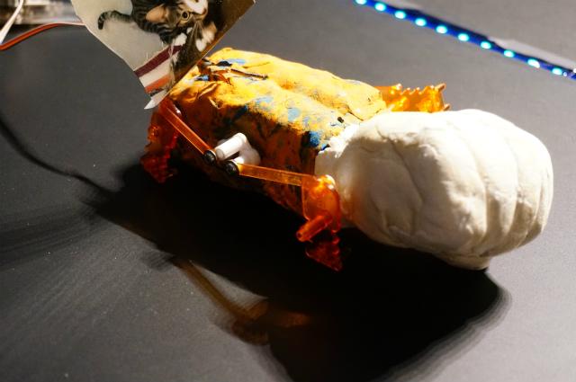タミヤのアクリルロボットキットを気持ちの悪い色の紙粘土で固め、しかもキット部分はちょっと壊れている