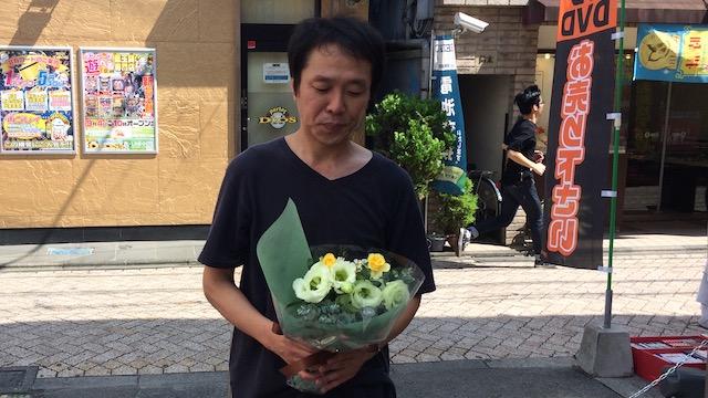 「トルコキキョウ、スプレーバラ、ワックスフラワー、そしてユーカリをあしらいました。派手な色のお花を使っていないのがポイントです」  お値段2000円也。安い。
