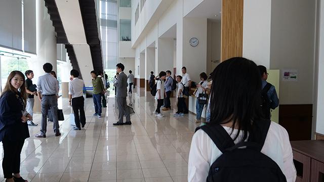 東京医科歯科大学の一室にて大会が行われる。生徒さんが先生に引率されてやってきてる。受験を思い出すこの感じ…