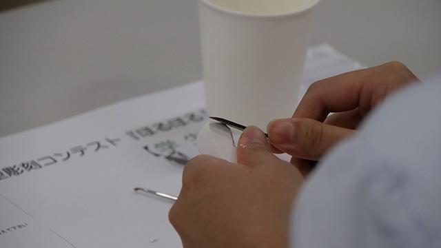 まず最初に大まかな形をつくる。石膏棒に糸のこやナイフでガリガリやる