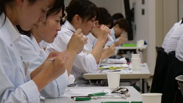 学生側、全員真剣な顔でガリガリやってる。その音だけで緊張が伝わってくる