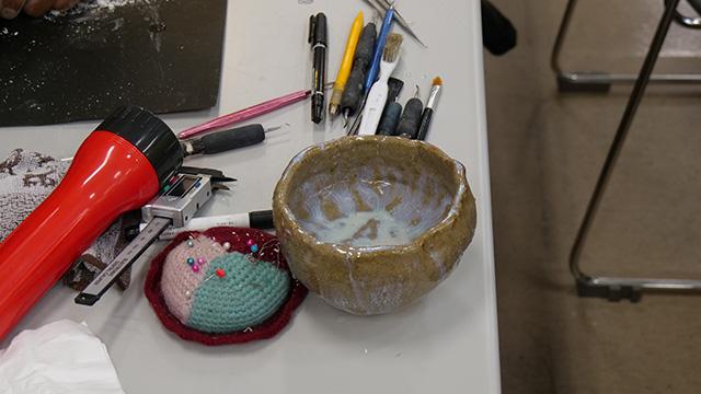 道具は人それぞれだそうで自分でお茶碗を持ち込む人。ライトやルーペは有資格者の部で多かった