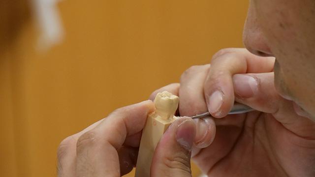 みるみる歯になっていく。ここからの細かい仕上げがすごいのだが出来上がりは最後に