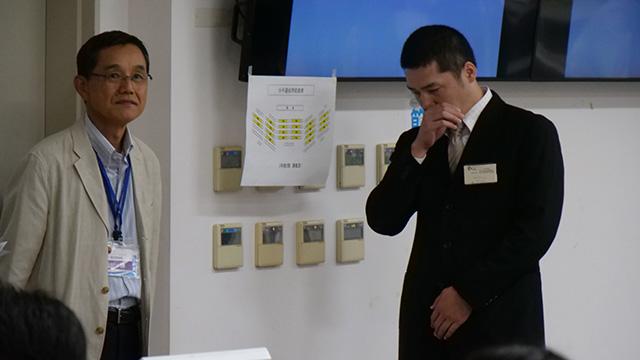 学生の最優秀賞の的野史郎さん、表彰式の発表で涙ぐむ