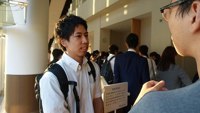 有資格者の部、最優秀賞の岡田拓海さん。歯科技工士は聴覚障がい者の方が多く志す仕事の一つだという。大会には手話通訳の方もいた
