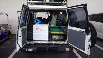 沖縄に残った友人のランドクルーザーへ荷物を積み込む。装備は万全。学生時代と比べると体力や気力は落ちたが、かわりに経済力は増したのだ。ちょっとだけ。