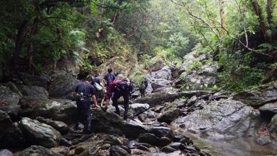 雨はやみ、氾濫の心配もなくなったが足元の岩が濡れてやたら滑る。実際、何度も転んだ。