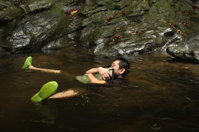 疲れたら防水バッグに空気を詰めて漂うのもよし。岩場にヘビがいないかだけ注意。