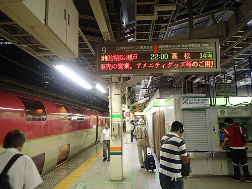 新幹線と違って、在来線のホームから特別な電車が出発するのが不思議な感じ。