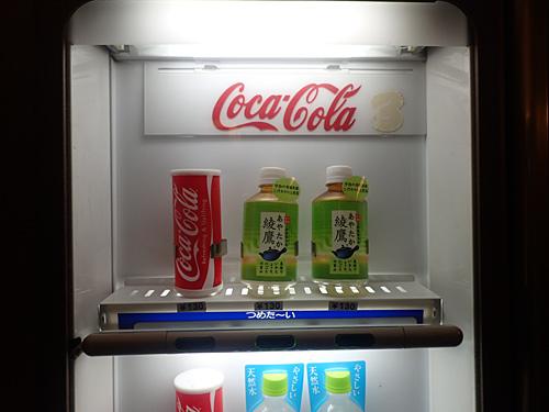 食べものは売られていないけれど、飲み物の自販機はあった。