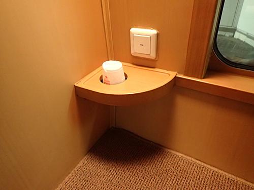 不安なく寝酒を堪能できるドリンクホルダー付きのテーブルが嬉しい。