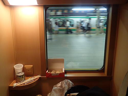 もう気分はほぼ自宅。窓の向こうが東海道線のホームというのが不思議。