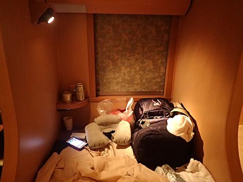 窓を閉めると押し入れっぽい空間になる。頭側に仕切りがあるので、寝ちゃってもそれなりに安全だと思われる。