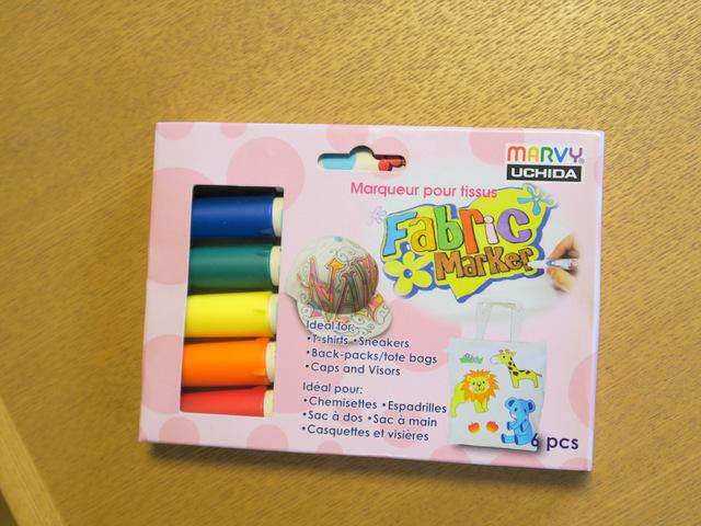 こういう「布に描く専用のペン」というのが売られています