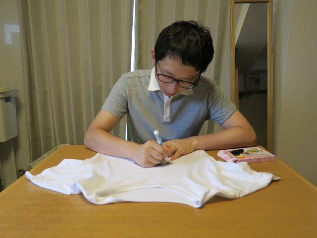 プリントアウトした紙をTシャツに挟んで、絵を描きます