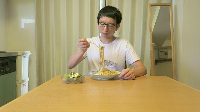 まず麺とソースを軽く混ぜてから……と思ったところ