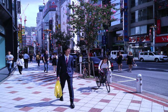 渋谷のビル街でスーツ+ドンキの袋はあまり見ない組み合わせかもしれない