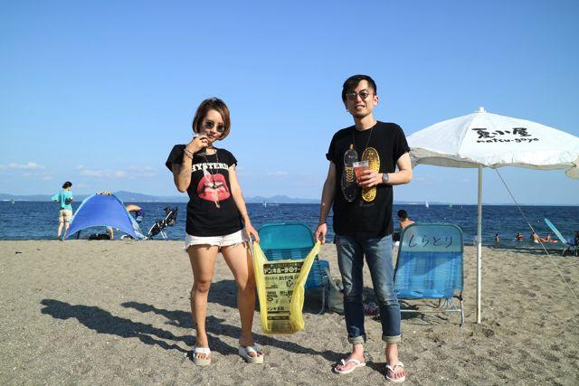 ビーチのカップル × ドンキの袋