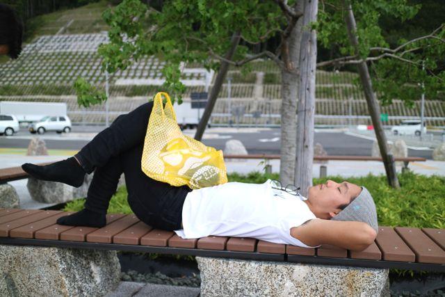 公園のベンチ × ドンキの袋 (友人をベンチに寝かせて撮ってみた)