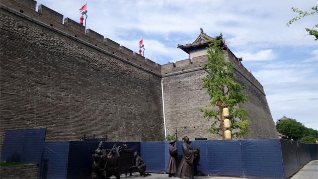 都市中央部はビル4階ぐらいの高さの城壁で囲まれている
