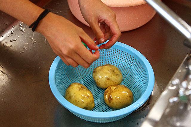 ジャガイモを洗います。