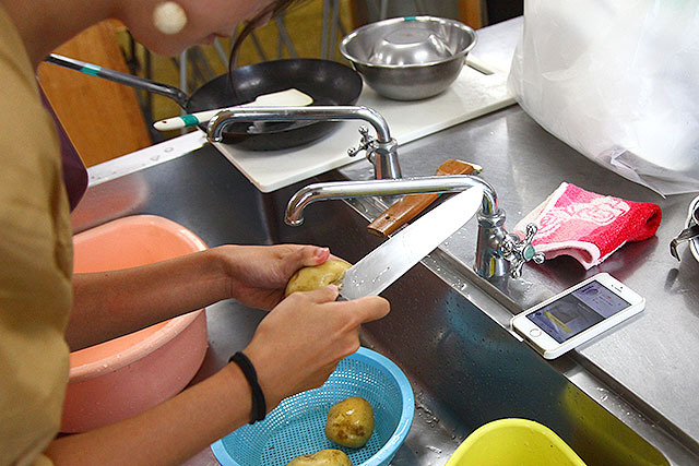 包丁でジャガイモに彫刻していく。