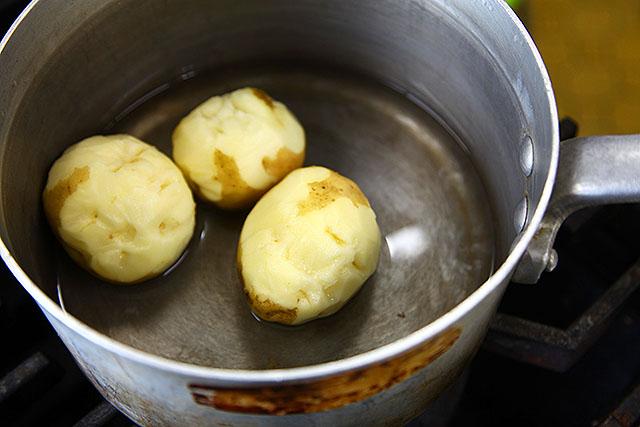 3人分の人面ジャガイモが鍋に。