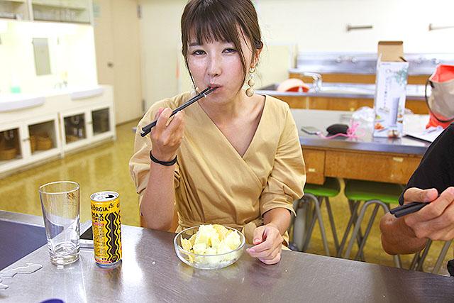 なぜかマックスコーヒーを飲む橋本女史。