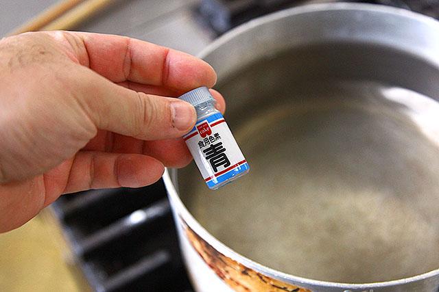 お湯に塩と色素を入れる。