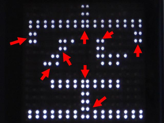 拡大してみるとこんな感じ。矢印の部分を見ると、ドットの間隔が一定になってないのだ。うぎゃー! と、思わず声を上げてしまった。ドット絵を描いている人には伝わるだろう