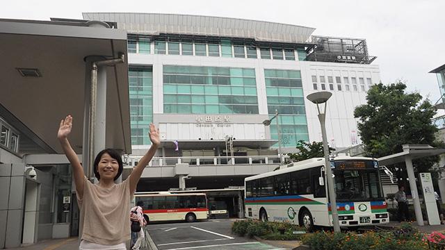小田原駅前。周りにはカマボコや干物を置いてる店が多く並ぶ。