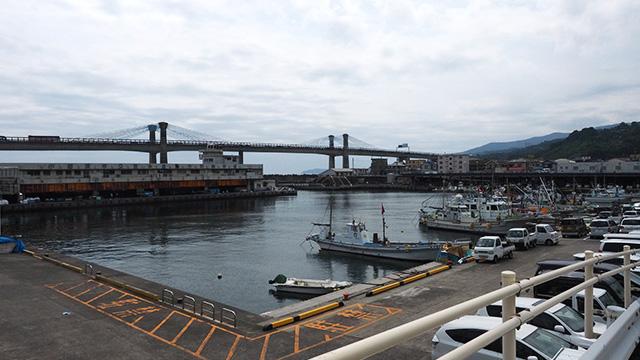 漁港だ! 山と海近いなー