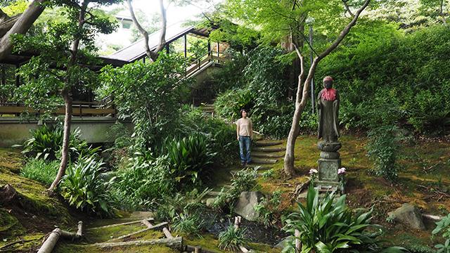 小川も流れてて自然たっぷりの庭。かつては政界関係者も多く訪れたらしい。