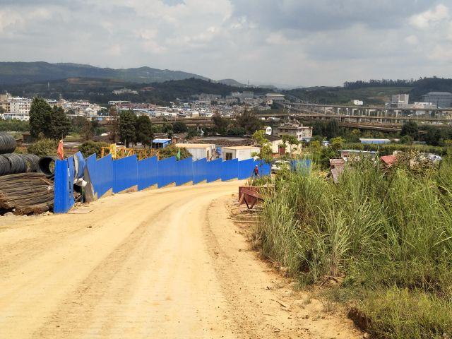 動画で紹介できないほど長い道をひたすら登る。遠くにジャンクションが見える。 工事で少しは家ができるのだろうか。