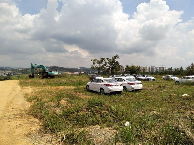 なぜかヒュンダイの新車がたくさん野ざらしになっていた。まだ建物はない。